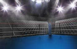 在竞技场、斑点光、烟和黑暗的夜sc的空的拳击台 库存照片