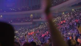 在竞技场节律唱诵的音乐音乐会里面的大量观众 影视素材