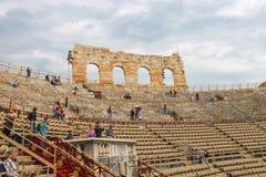 在竞技场维罗纳-每年节日歌剧地方里面的人们  免版税图库摄影