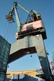 在端口的船粮仓和起重机。 免版税库存照片