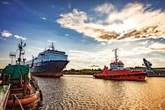 在端口的船 免版税库存照片