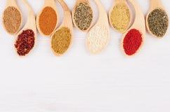 在竹匙子的分类五颜六色的搽粉的香料作为装饰边界 免版税库存照片