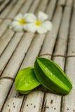 在竹地板上的阳桃 免版税库存照片