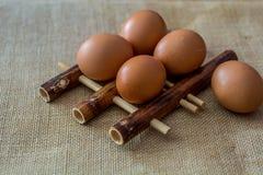在竹垫的鸡鸡蛋 免版税库存照片
