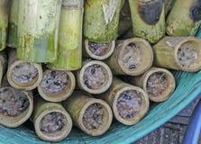 在竹子烤的糯米 免版税库存照片