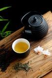 在竹子的亚洲茶具 免版税库存照片