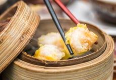 在竹子被蒸的碗的粤式点心 图库摄影