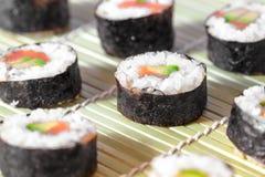 在竹席子的寿司卷 有lcd屏幕的概念design.futuristic注射器 日本烹调 免版税库存图片