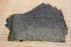 在竹席子的海草快餐 库存图片