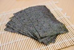 在竹席子的海草快餐 免版税图库摄影