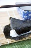 在竹席子的Onigiri日本米 库存照片