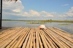 在竹木筏上把放的妇女帽子 库存图片