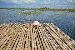 在竹木筏上把放的妇女帽子 库存照片