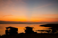 在竹木筏的剧烈的日出 免版税库存图片