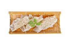 在竹板材的蒸的螃蟹饺子在白色背景 图库摄影