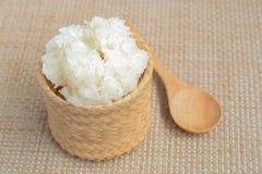 在竹柳条的糯米与在它旁边的木匙子地方 库存照片
