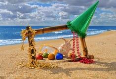 在竹框架的圣诞节海景在海滩 库存照片
