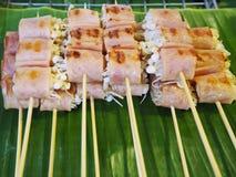 在竹棍子的烤火腿被包裹的蘑菇 库存图片