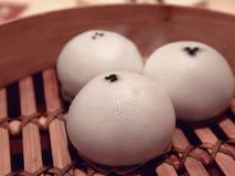 在竹火轮的中国小圆面包 库存照片