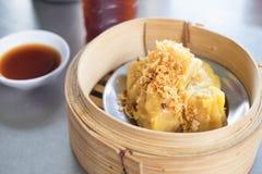 在竹火轮的蒸的猪肉饺子 粤式点心 库存图片