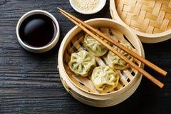 在竹火轮的被蒸的饺子粤式点心 免版税库存图片