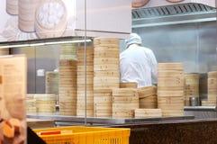 在竹火轮篮子里面的重的蒸汽汤饺子 库存照片