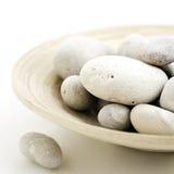 在竹碗的小卵石 库存照片