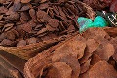 在竹篮子柳条制品的干花生板料 免版税库存照片
