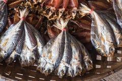 在竹篮子的干鱼 库存照片