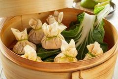 在竹篮子的新鲜的粤式点心饺子 图库摄影