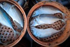 在竹篮子的新鲜的鲭鱼 免版税库存图片