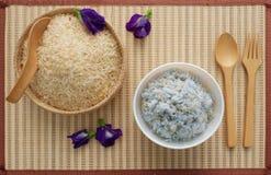 在竹篮子的有机棕色未加工的米 免版税库存照片