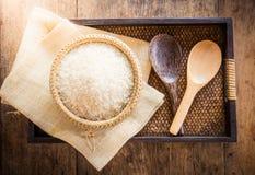 在竹篮子的米和在大袋袋子的木匙子和木ba 免版税库存照片