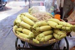 在竹篮子的蒸的黏米饭玉米出售的在Nang Loeng市场,曼谷,泰国上 免版税库存图片
