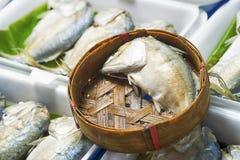 在竹篮子的鲭鱼鱼在市场,泰国上 图库摄影