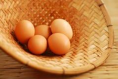 在竹篮子的鸡蛋 免版税库存照片