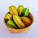 在竹编篮艺品的热带水果 免版税库存图片