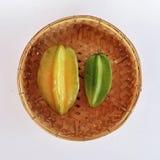 在竹编篮艺品的绿色&黄色金星果 免版税库存照片