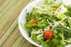 在竹背景的蔬菜沙拉 库存图片