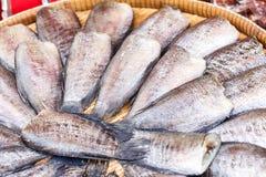 在竹织法木头的干盐味的蛇皮吻口鱼鱼 免版税图库摄影