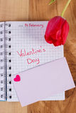 在笔记本、新鲜的郁金香、情书和心脏写的情人节,华伦泰的装饰 库存照片