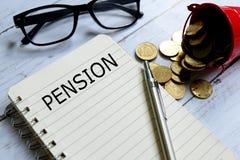 在笔记本写的退休金 免版税库存照片