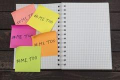在笔记本张贴的纸笔记的仿造的hashtag 免版税库存照片