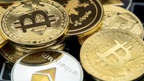 在笔记本电脑键盘的物理金属货币 ??cryptocurrency 库存照片