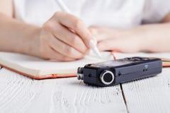 在笔记本的便携式的合理记录员有笔的 r 库存照片