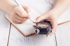 在笔记本的便携式的合理记录员有笔的 r 免版税图库摄影