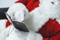 在笔记本的圣诞老人文字 免版税图库摄影