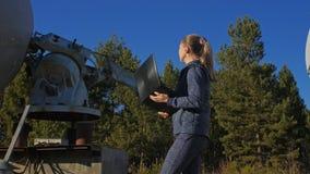 在笔记本的太阳地球物理显示器通讯器材学院的女学生操作员 唯一 股票录像