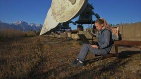 在笔记本的太阳地球物理显示器通讯器材学院的女学生操作员 唯一 影视素材