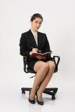 在笔记本的女商人文字 免版税库存图片